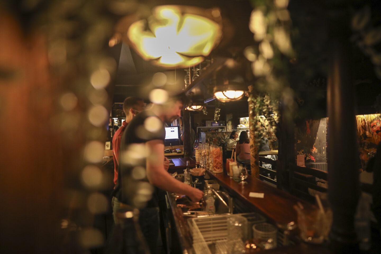 Les barmen de La Pirogue